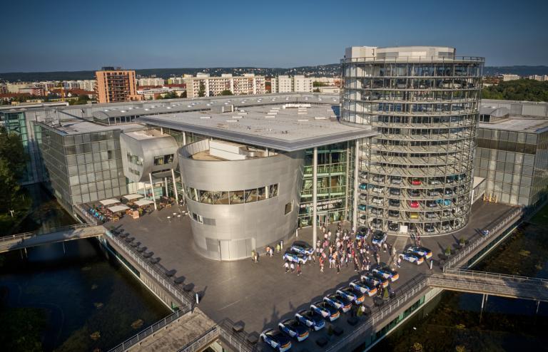 Spreefreunde inszenieren größte Fahrzeugübergabe für Volkswagen in Dresden